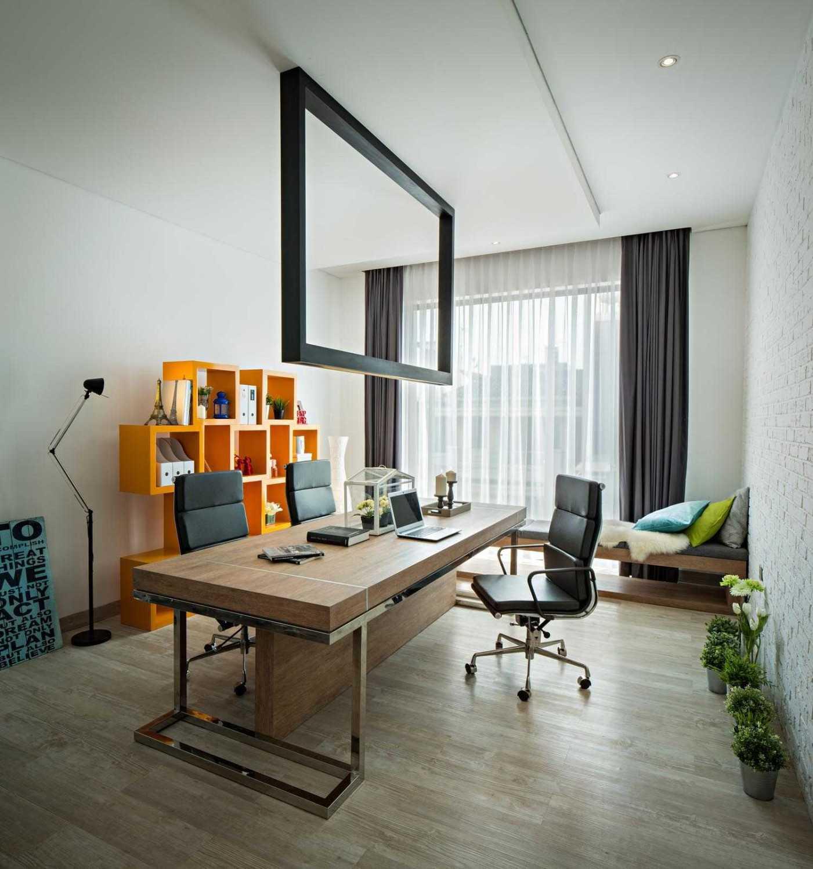 Foto inspirasi ide desain ruang kerja kontemporer Working area oleh DP+HS Architects di Arsitag