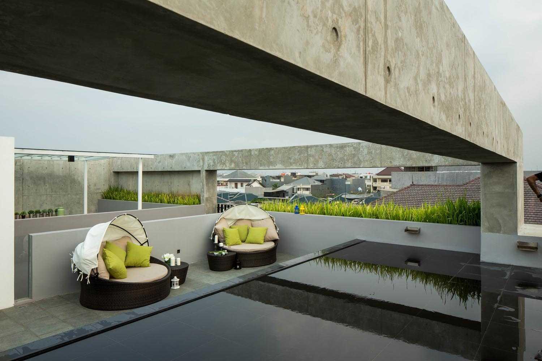 Foto inspirasi ide desain atap Rooftop area oleh DP+HS Architects di Arsitag