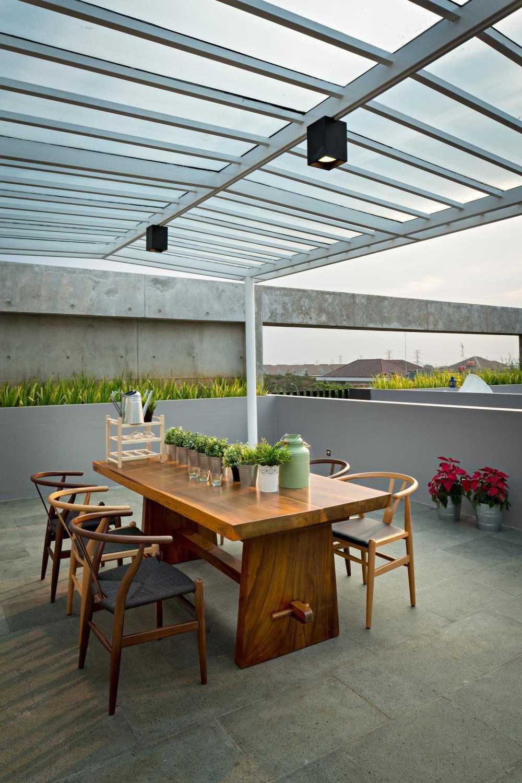 Foto inspirasi ide desain ruang makan industrial Dining area outdoor oleh DP+HS Architects di Arsitag