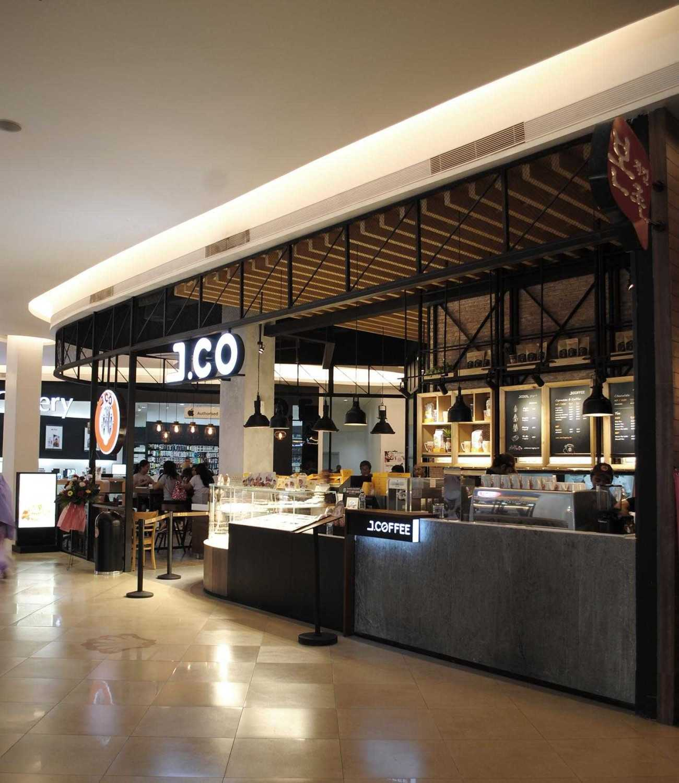 Foto inspirasi ide desain exterior industrial Front area oleh DP+HS Architects di Arsitag