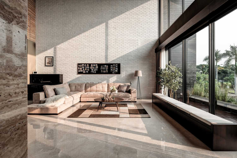 Foto inspirasi ide desain ruang keluarga modern Dphs-architects-re-house oleh DP+HS Architects di Arsitag