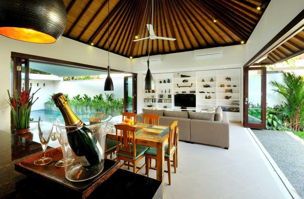Foto inspirasi ide desain ruang makan Dining & living area oleh OG Architects di Arsitag