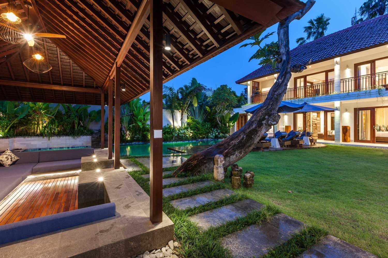 Foto inspirasi ide desain taman tropis Villa-kajou-seminyak-bale-bengong-and-villa-at-night oleh OG Architects di Arsitag