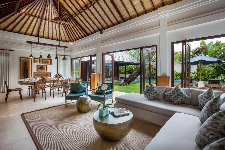 Foto inspirasi ide desain ruang makan tropis Villa-kajou-seminyak-living-and-dining-area oleh OG Architects di Arsitag