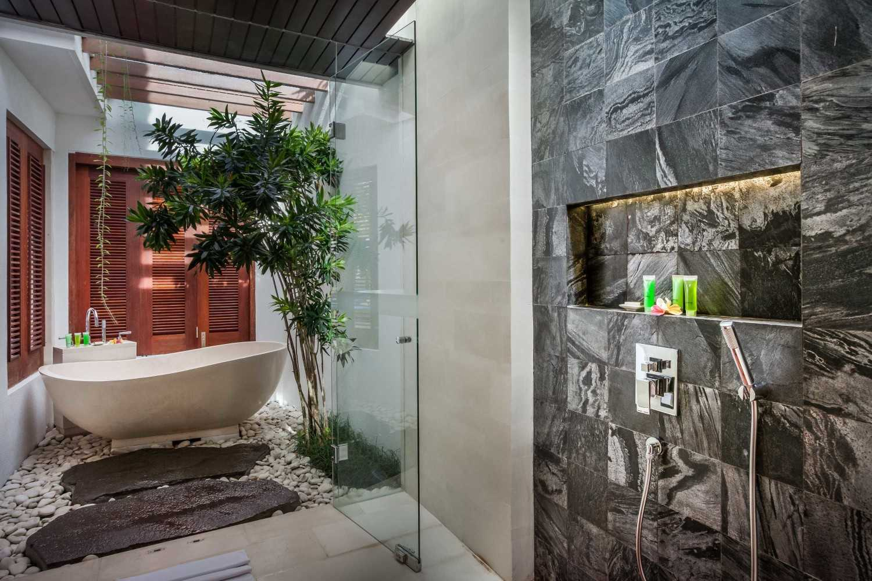 Foto inspirasi ide desain kamar mandi tropis Villa-kajou-seminyak-bathtub oleh OG Architects di Arsitag