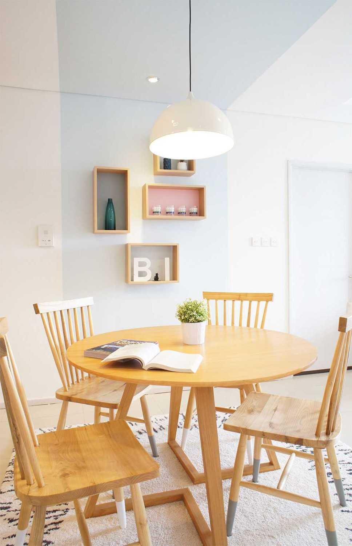 Foto inspirasi ide desain ruang belajar minimalis Reading area oleh Vindo Design di Arsitag