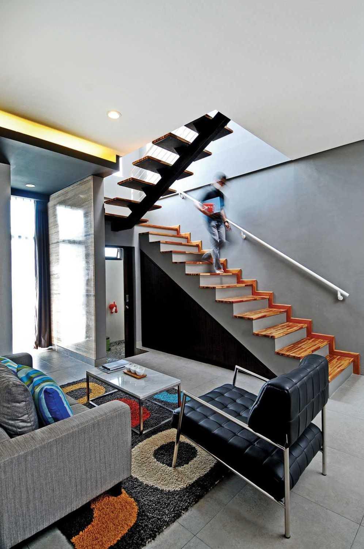Vindo Design Urban Pop House Jakarta, Indonesia Jakarta, Indonesia Stairs Minimalis 9264