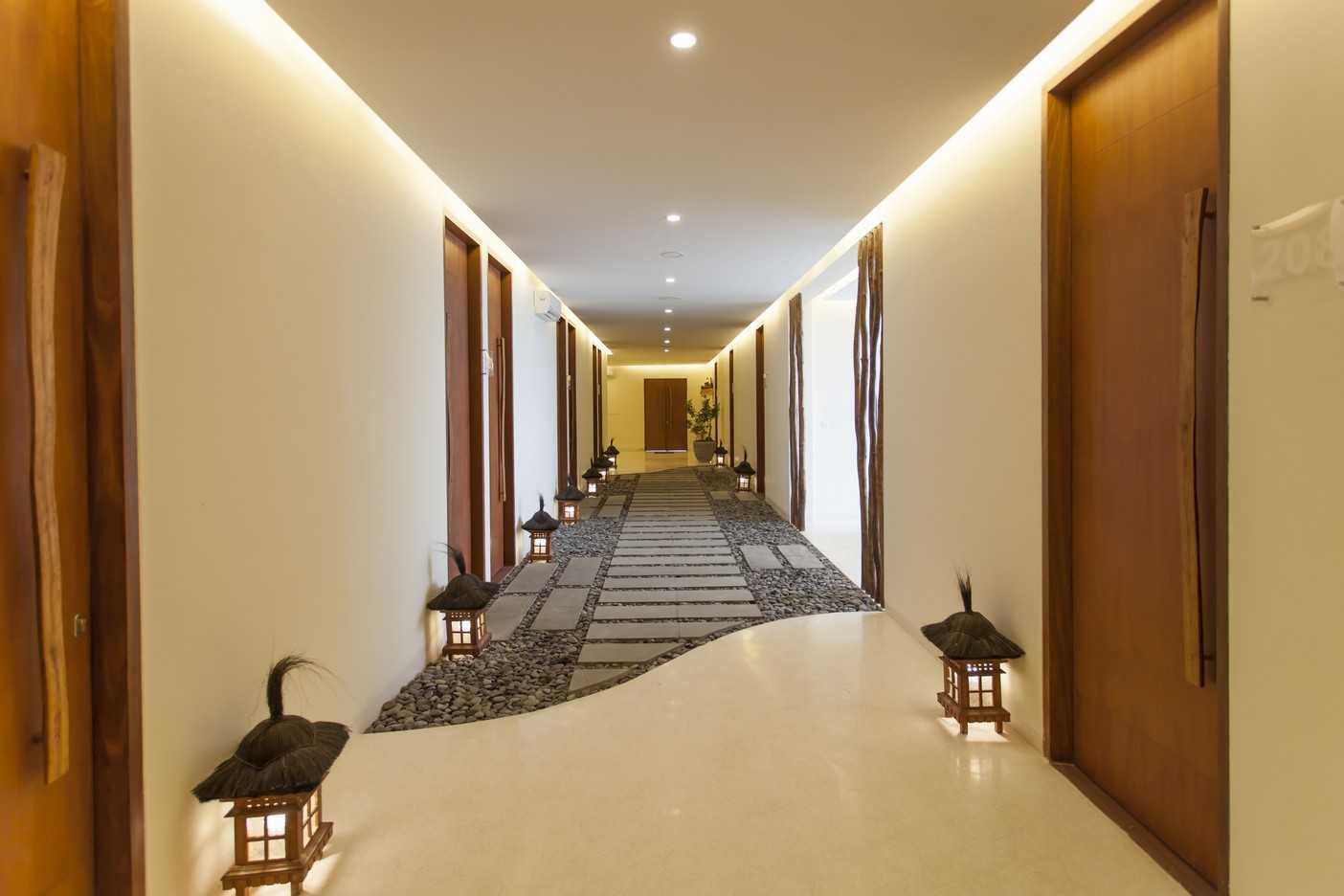 Foto inspirasi ide desain koridor dan lorong tropis Corridor oleh Emporio Architect di Arsitag