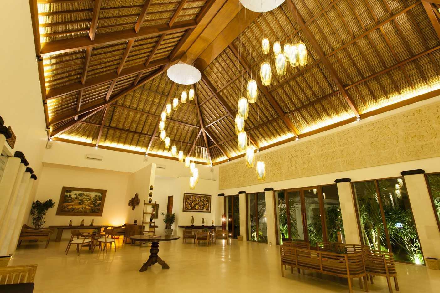 Foto inspirasi ide desain atap tropis Lobby oleh Emporio Architect di Arsitag