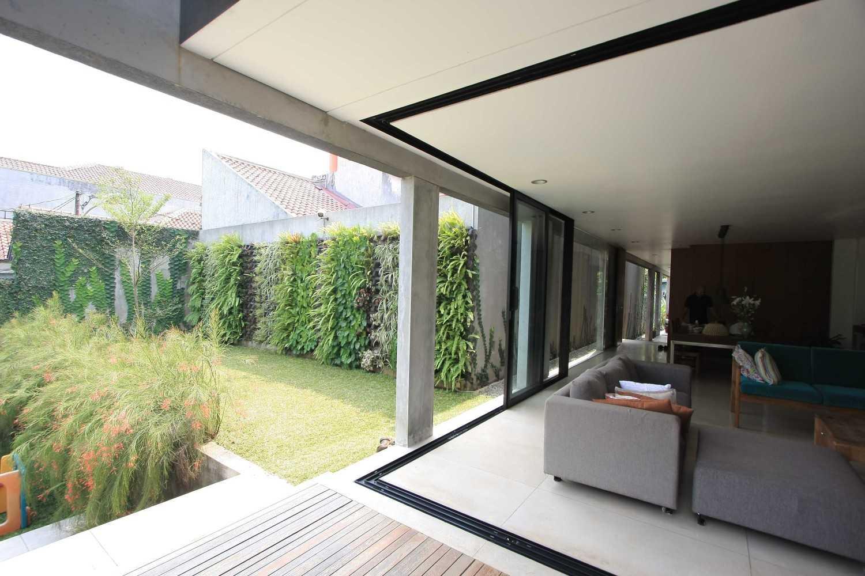 Foto inspirasi ide desain ruang keluarga Living room oleh SUB di Arsitag