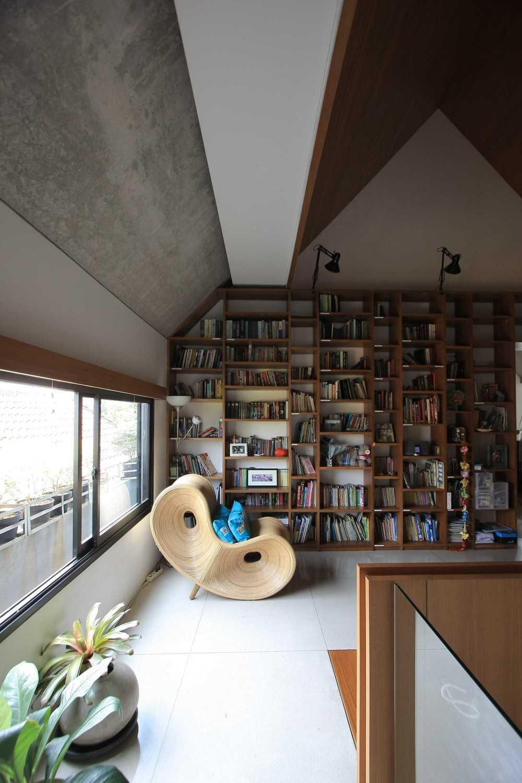 Foto inspirasi ide desain perpustakaan Library area oleh SUB di Arsitag