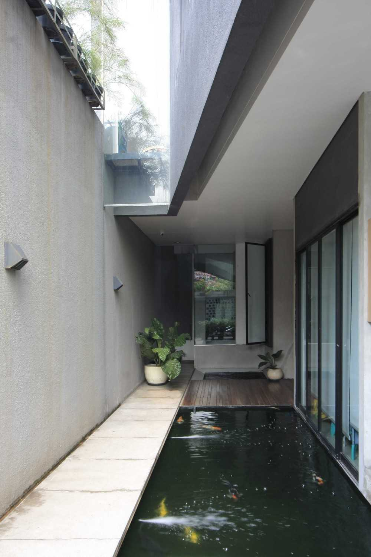 Sub Swadaya House Jakarta, Indonesia Jakarta, Indonesia Fish Pond Minimalist 9341