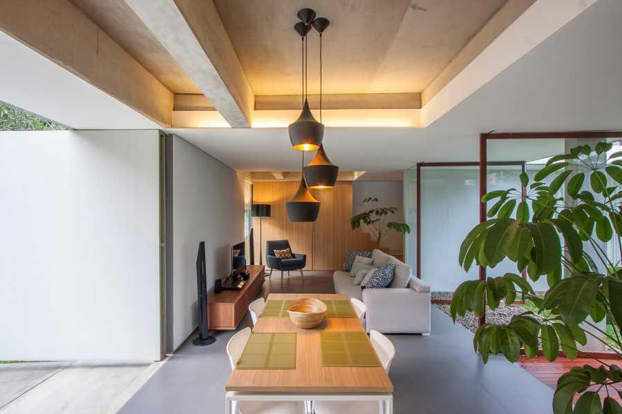 Foto inspirasi ide desain rumah kontemporer Exterior view oleh SUB di Arsitag