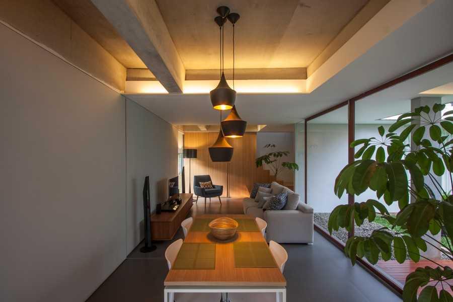 Foto inspirasi ide desain ruang makan kontemporer Dining & living area oleh SUB di Arsitag