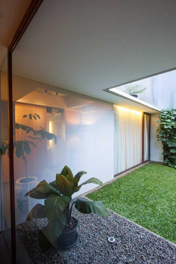 Foto inspirasi ide desain taman kontemporer Garden area oleh SUB di Arsitag