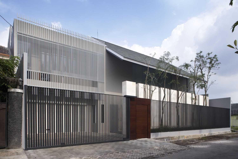 Foto inspirasi ide desain rumah Facade view day oleh Das Quadrat di Arsitag