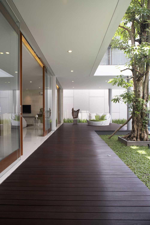 Das Quadrat Kawoeng House Surabaya, Indonesia Surabaya, Indonesia Outdoor Ceiling Modern 9364