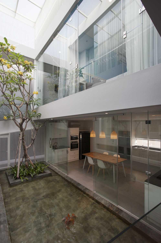Das Quadrat Sutorejo House Surabaya, East Java, Indonesia Surabaya, East Java, Indonesia Indoor Garden Modern 9381