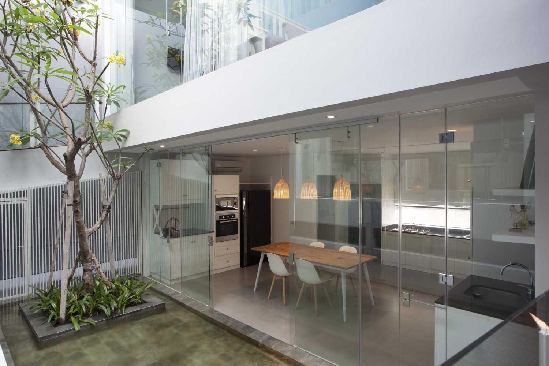 Foto inspirasi ide desain dapur modern Kitchen & dining room oleh Das Quadrat di Arsitag