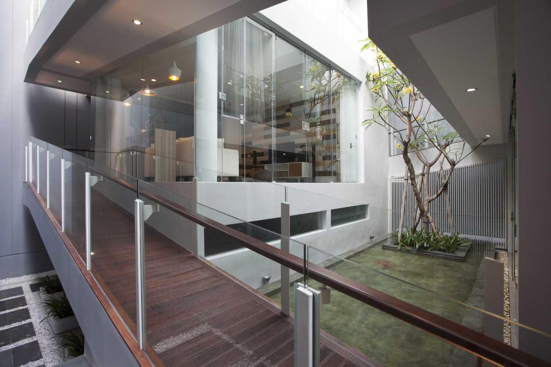 Das Quadrat Sutorejo House Surabaya, East Java, Indonesia Surabaya, East Java, Indonesia Ramp Modern 9384
