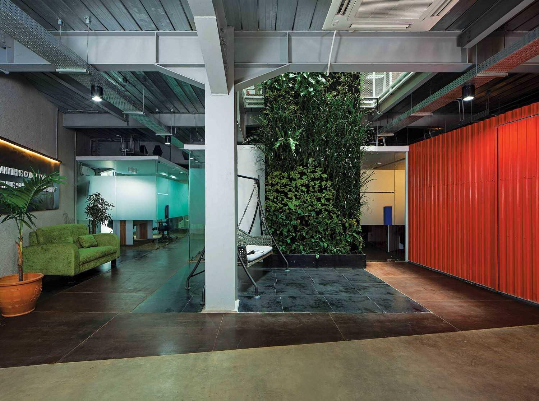 Foto inspirasi ide desain lobby industrial Lobby office oleh Jerry M. Febrino di Arsitag