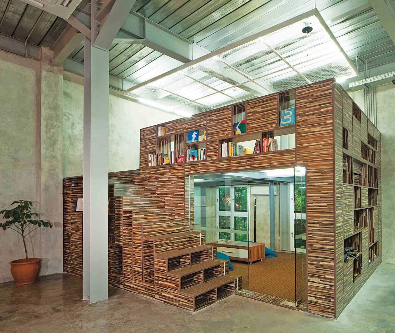 Foto inspirasi ide desain perpustakaan industrial Reading area oleh Jerry M. Febrino di Arsitag