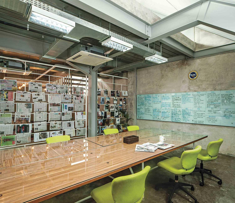 Foto inspirasi ide desain ruang kerja industrial Working area oleh Jerry M. Febrino di Arsitag