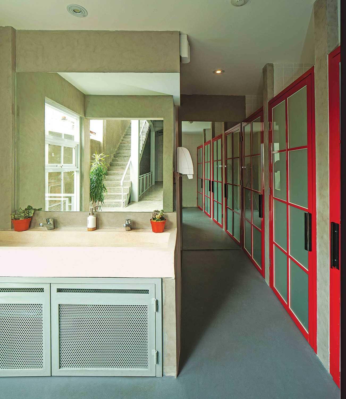 Foto inspirasi ide desain koridor dan lorong industrial Corridor room oleh Jerry M. Febrino di Arsitag
