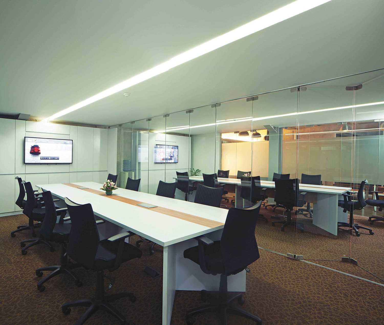 Foto inspirasi ide desain ruang meeting industrial Meeting room oleh Jerry M. Febrino di Arsitag
