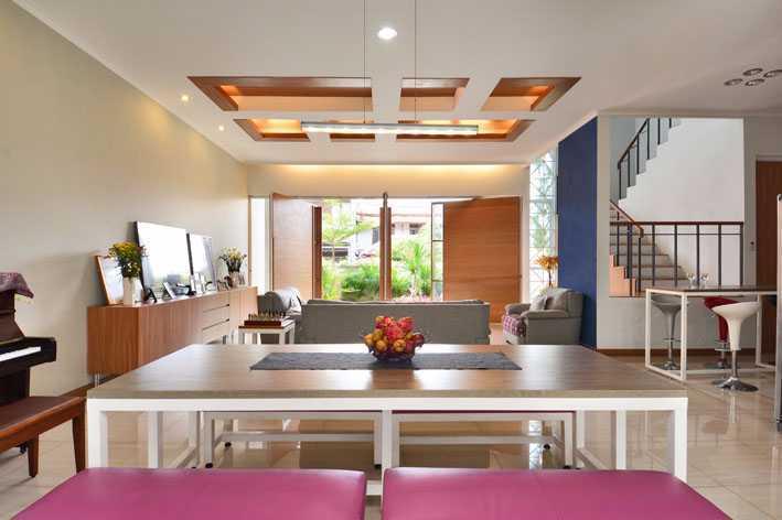 Foto inspirasi ide desain ruang keluarga tropis Guest room oleh Jerry M. Febrino di Arsitag
