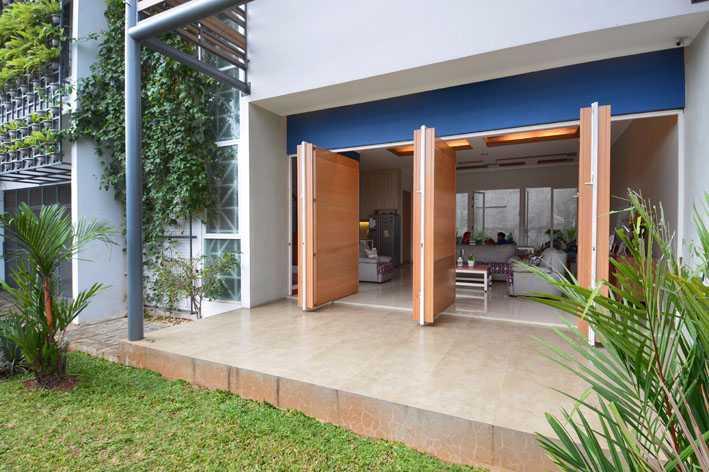 Foto inspirasi ide desain pintu masuk tropis Entrance door oleh Jerry M. Febrino di Arsitag