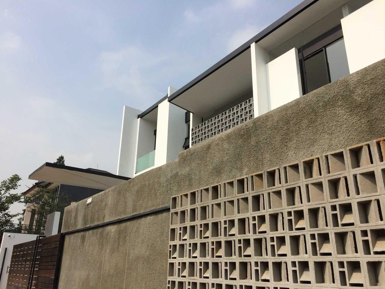 Foto inspirasi ide desain rumah modern Facelift oleh Jerry M. Febrino di Arsitag