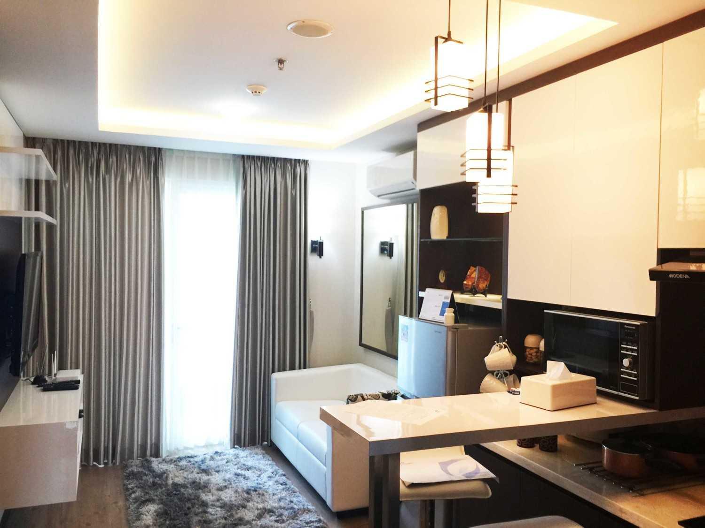Foto inspirasi ide desain ruang keluarga modern Daan mogot apartment - living room oleh Jerry M. Febrino di Arsitag