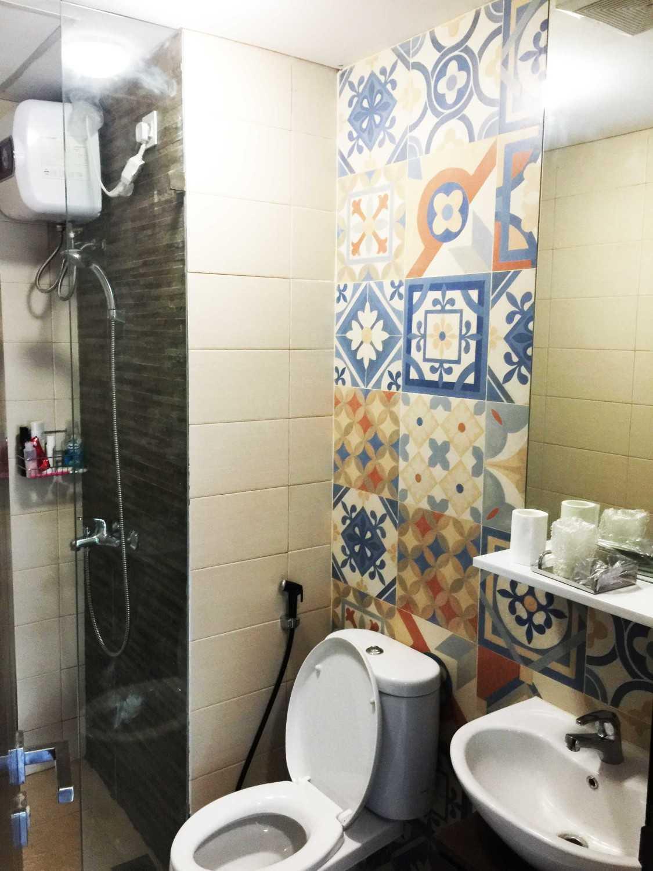 Foto inspirasi ide desain kamar mandi minimalis Daan mogot apartment - bathroom oleh Jerry M. Febrino di Arsitag