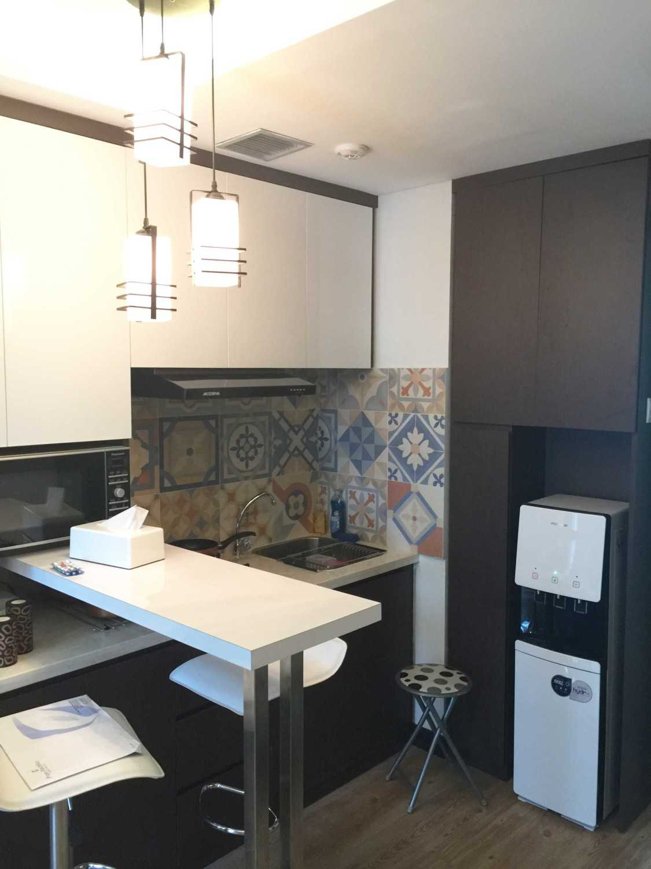 Foto inspirasi ide desain dapur minimalis Daan mogot apartment - kitchen oleh Jerry M. Febrino di Arsitag