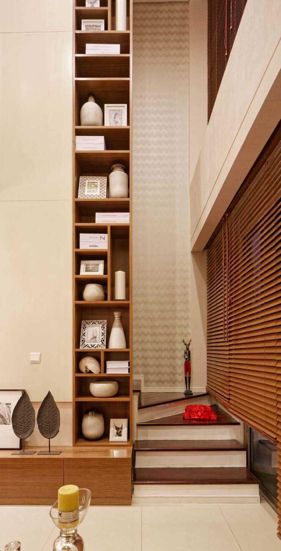 Foto inspirasi ide desain apartemen Stairs oleh teddykoo  di Arsitag