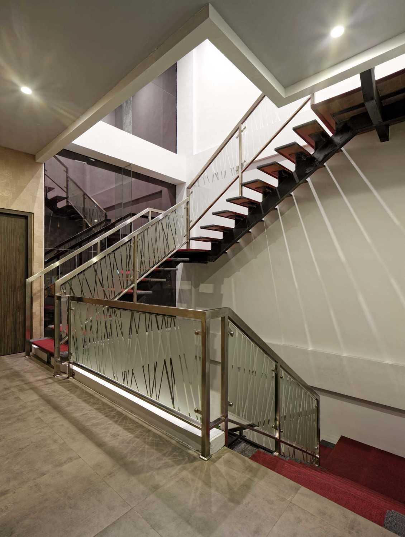 Foto inspirasi ide desain tangga kontemporer 07-kaizen-2quadraned oleh teddykoo  di Arsitag