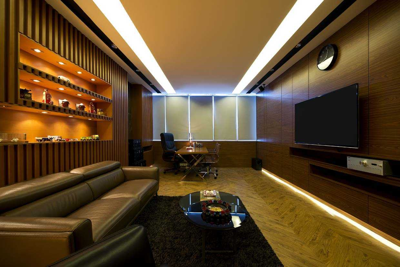 Foto inspirasi ide desain kantor industrial Workroom oleh teddykoo  di Arsitag
