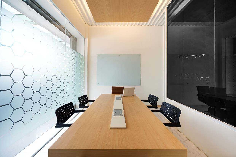 Foto inspirasi ide desain ruang meeting industrial Meeting room oleh teddykoo  di Arsitag