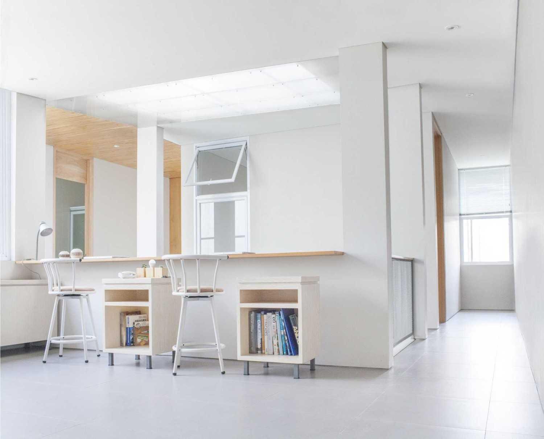Foto inspirasi ide desain perpustakaan Reading area oleh Januar Senjaya & Filani Limansyah / ADDO Architecture di Arsitag