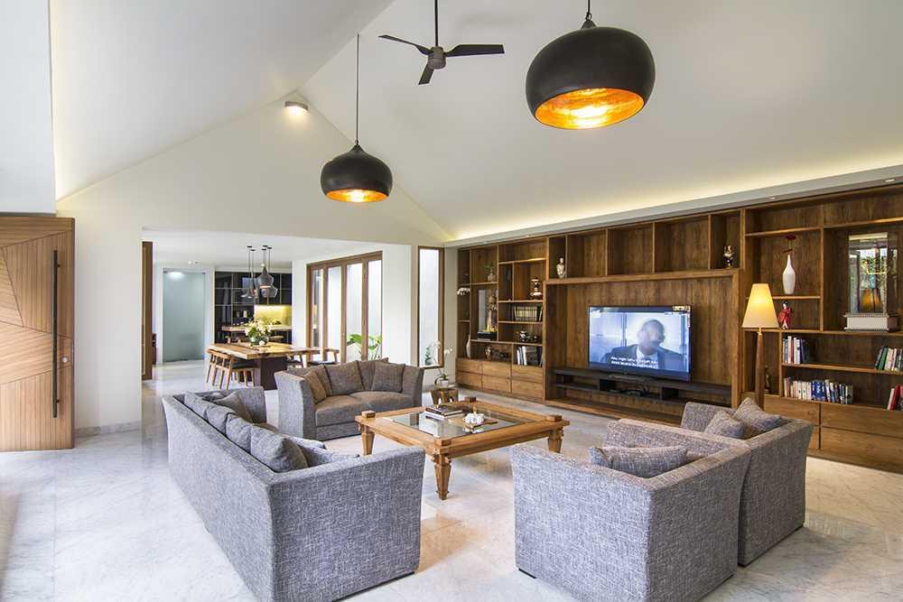 Foto inspirasi ide desain ruang keluarga tropis Family room oleh erwin kusuma di Arsitag