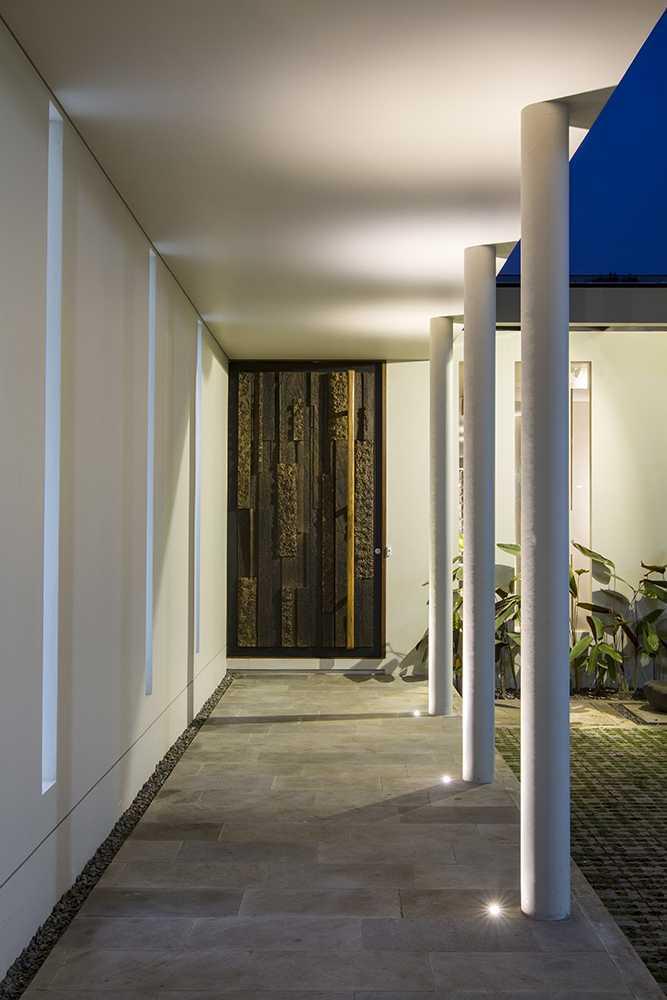 Foto inspirasi ide desain rumah Corridor oleh erwin kusuma di Arsitag