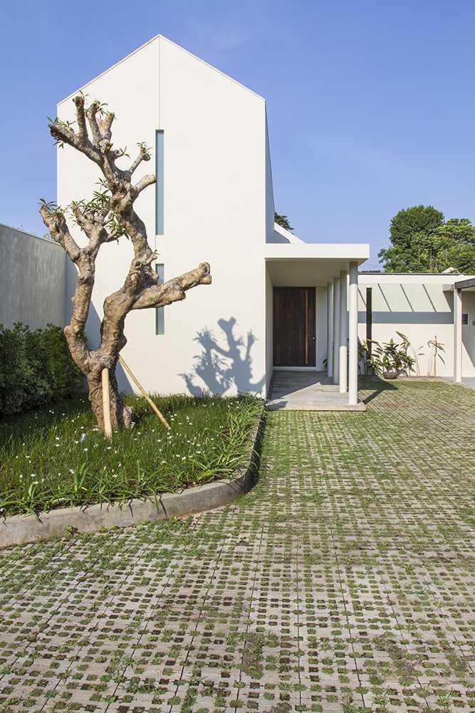 Foto inspirasi ide desain rumah tropis Entrance oleh erwin kusuma di Arsitag