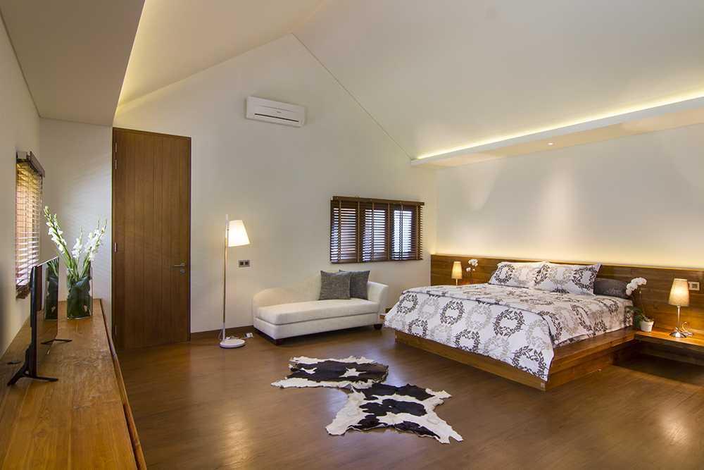 Foto inspirasi ide desain kamar tidur Bedroom oleh erwin kusuma di Arsitag