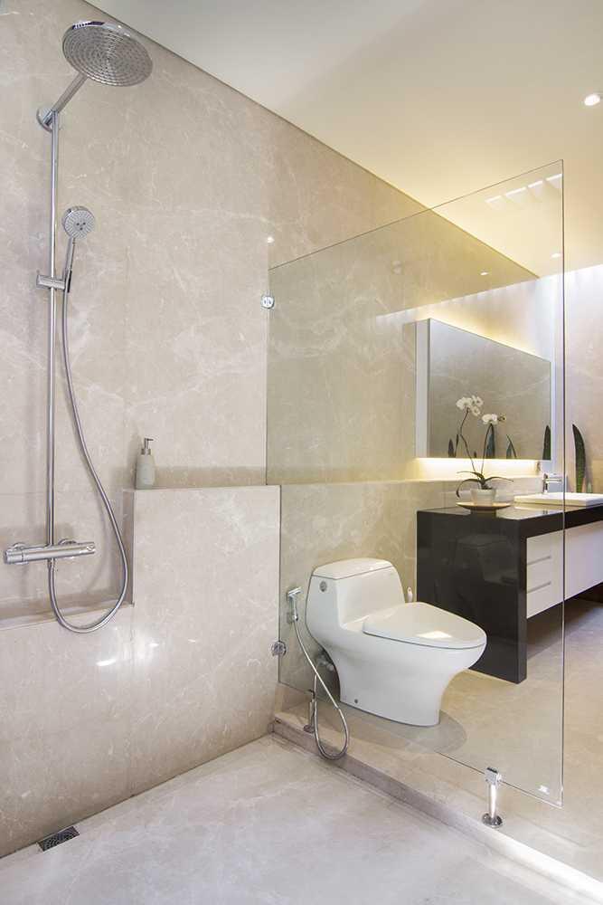 Foto inspirasi ide desain kamar mandi tropis Bathroom oleh erwin kusuma di Arsitag