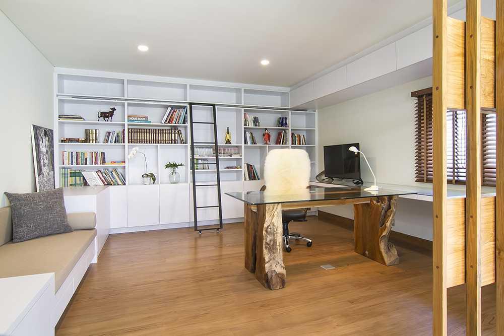 Foto inspirasi ide desain ruang kerja tropis Working area oleh erwin kusuma di Arsitag