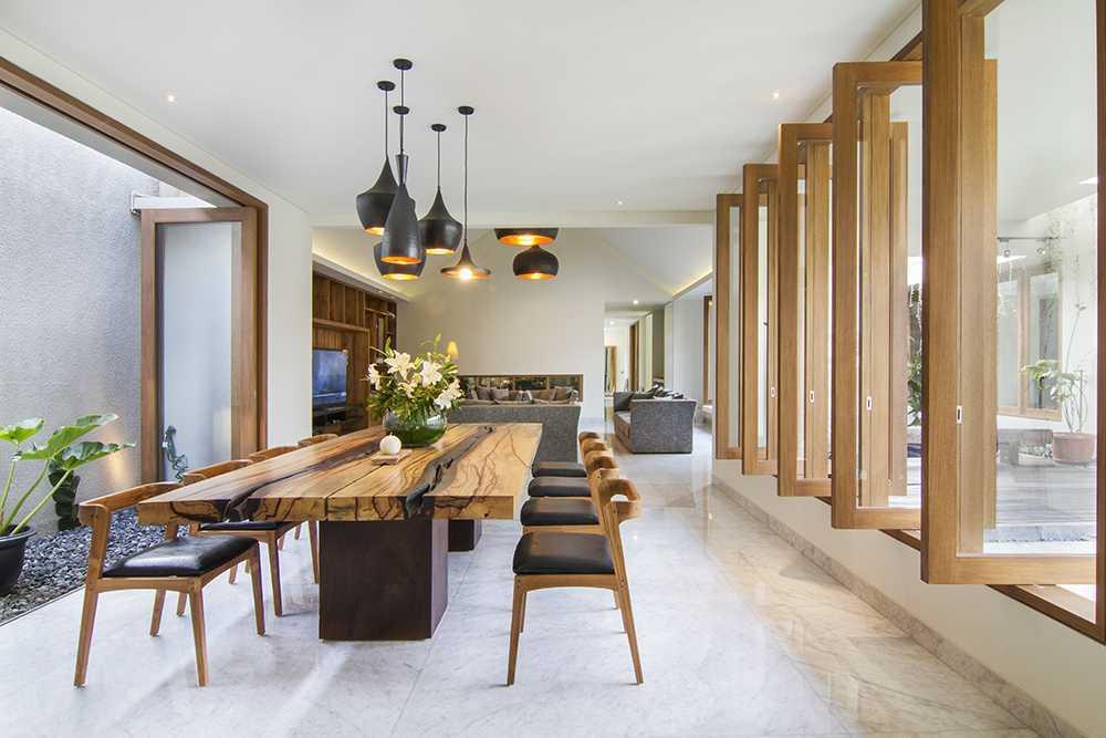 Foto inspirasi ide desain ruang makan tropis Dining area oleh erwin kusuma di Arsitag