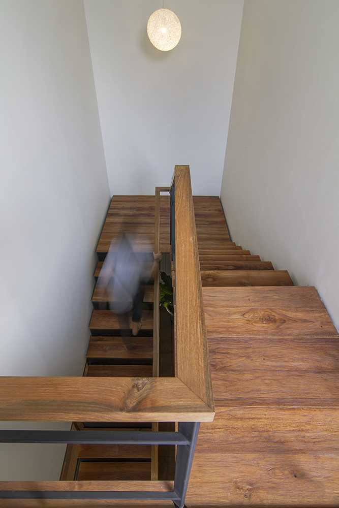 Foto inspirasi ide desain tangga tropis Stairs oleh erwin kusuma di Arsitag