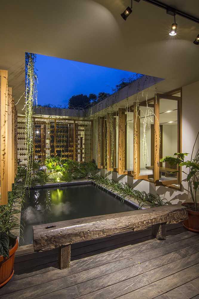 Foto inspirasi ide desain kolam tropis Pond oleh erwin kusuma di Arsitag