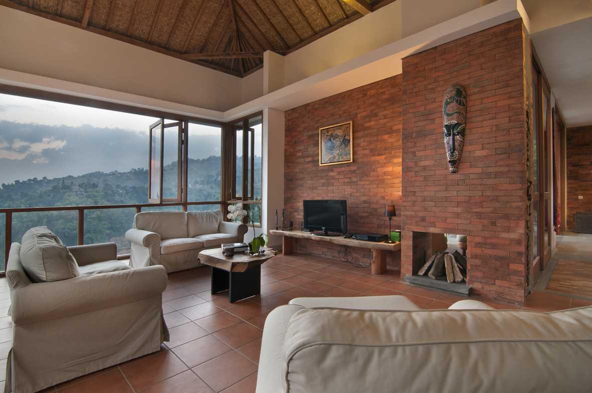 Foto inspirasi ide desain ruang keluarga tropis Livingroom oleh erwin kusuma di Arsitag
